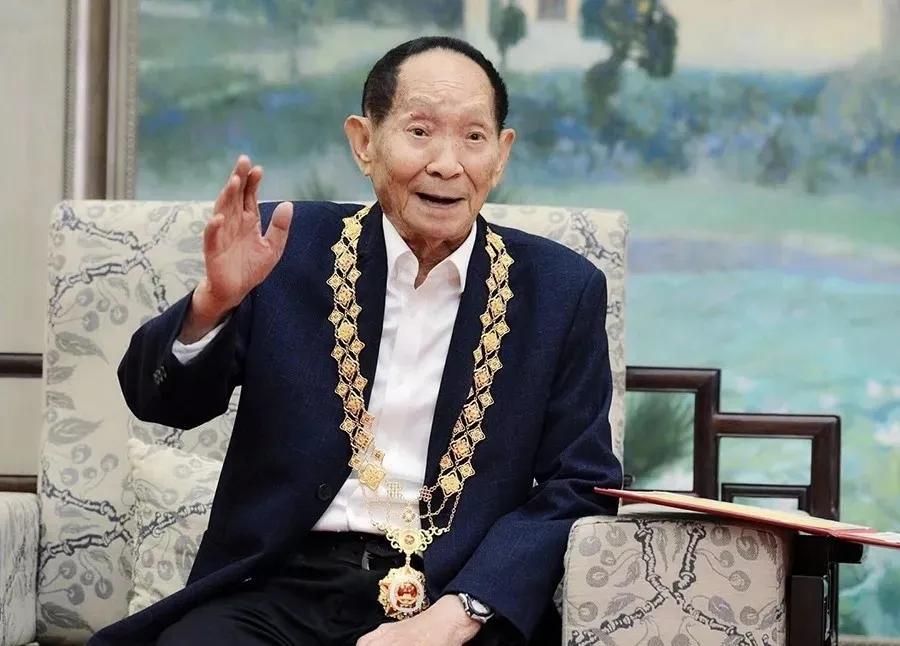 袁隆平同志被授予共和国勋章